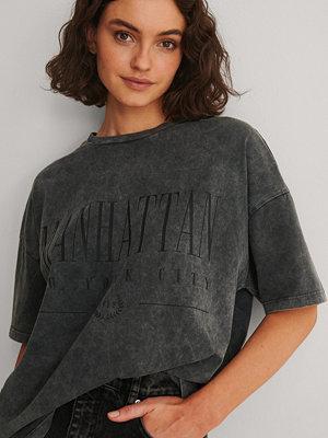 NA-KD Trend Ekologisk T-shirt Med Manhattan Tryck svart
