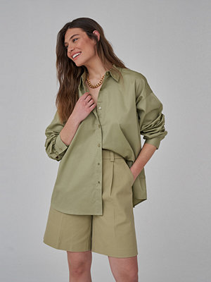 Skjortor - Josefine HJ x NA-KD Ekologisk Oversize Bomullskjorta grön