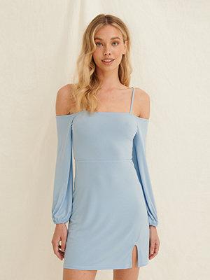 Pamela x NA-KD Reborn Off-Shoulder-Klänning Med Ballongärm blå