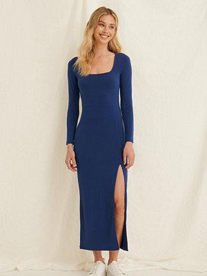 Pamela x NA-KD Reborn Midiklänning blå