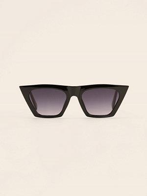 Solglasögon - NA-KD Accessories Återvunna Kattögonformade Solglasögon Med Vass Fyrkantig Båge svart