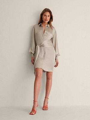 Festklänningar - Curated Styles I Satin Skjortklänning Med Knut FramRecycled Skjortklänning Med Knut Fram beige