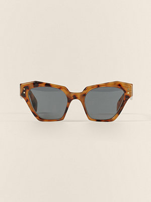 NA-KD Accessories Solglasögon Med Vinklad Cateyeform brun