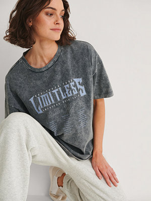 NA-KD Trend T-Shirt Med Limitless Tryck grå