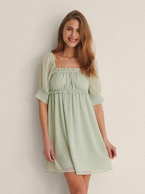 NA-KD Boho Miniklänning Med En Kort Ärm Och Ett Böljande Material grön