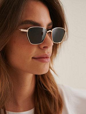 NA-KD Accessories Solglasögon Med Sidobar I Metall guld