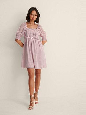 NA-KD Boho Miniklänning Med En Kort Ärm Och Ett Böljande Material rosa