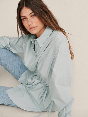 Jasmin Azizam x NA-KD Recycled Skjorta Med En Midja Med Knytsnöre blå