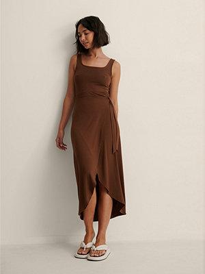 NA-KD Trend Midklänning Med Knyt I Midjan brun