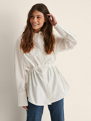 Jasmin Azizam x NA-KD Recycled Skjorta Med En Midja Med Knytsnöre vit
