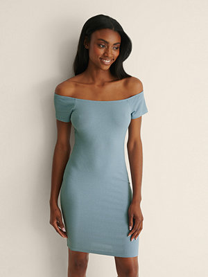 NA-KD Basic Recycled Off shoulder Ribbed Dress blå