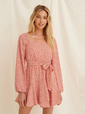 Pamela x NA-KD Reborn Återvunnen Miniklänning Med Volangdetalj rosa