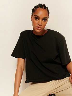 Oumayma x NA-KD Ekologisk T-shirt Med Axelvaddar svart