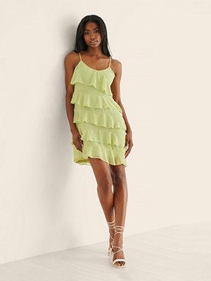 Curated Styles Recycled Miniklänning Med Volangdetaljer Och Chiffonglager grön