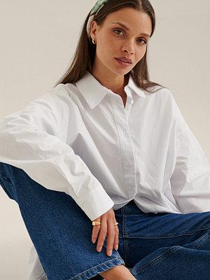 Chloé Monchamp x NA-KD Recycled Översized Skjorta Med Vinklad Front vit