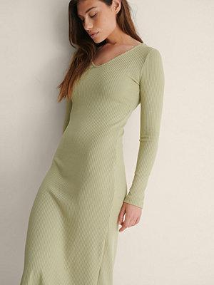 NA-KD Basic V-ringning ribbstickad klänning grön