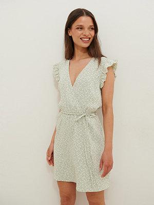 Anika Teller x NA-KD Böljande Midiklänning Med Omlott grön