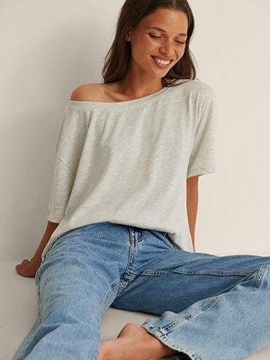 NA-KD Ekologisk T-Shirt Med En Axel grå