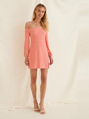 Pamela x NA-KD Reborn Off-Shoulder-Klänning Med Ballongärm rosa