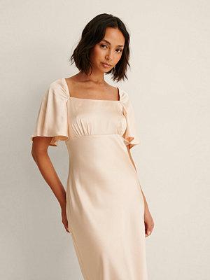 Festklänningar - Pelican Bay x NA-KD Satinklänning Med Volangärm rosa