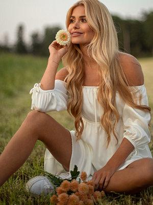 Pamela x NA-KD Reborn Återvunnen miniklänning i offshouldermodell vit