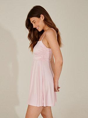 Pamela x NA-KD Reborn Miniklänning med rynkad detalj rosa