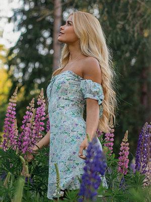Pamela x NA-KD Reborn Återvunnen Offshoulderklänning med knytdetalj multicolor