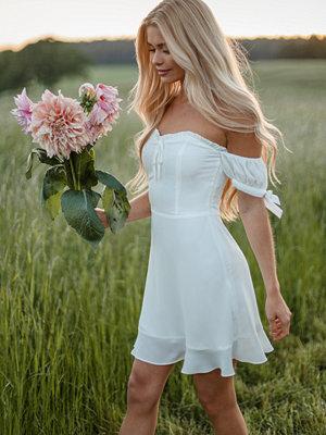 Pamela x NA-KD Reborn Återvunnen Offshoulderklänning med knytdetalj vit