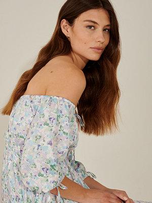 Pamela x NA-KD Reborn Återvunnen miniklänning i offshouldermodell multicolor