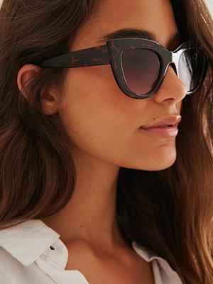Solglasögon - NA-KD Accessories Återvunna Chunky Spetsiga Kattögonformade Solglasögon brun