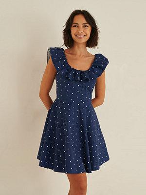 Rianne Meijer x NA-KD Ekologisk Prickig Miniklänning blå