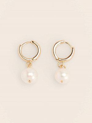 NA-KD Accessories smycke Återvunna Hängande Pärlörhängen guld