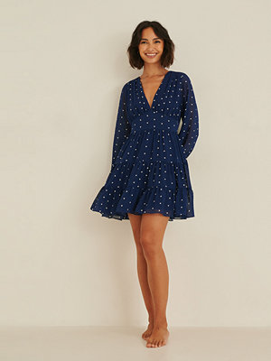 Rianne Meijer x NA-KD Recycled klänning med volang med en v-ringning blå