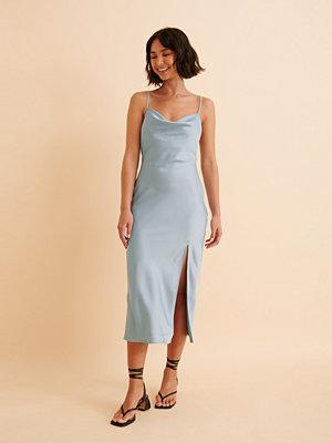 Festklänningar - Curated Styles Recycled Satinklänning Med Slits blå
