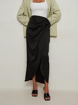 NA-KD Trend Maxikjol med omlott svart