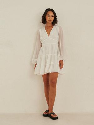 Rianne Meijer x NA-KD Recycled klänning med volang med en v-ringning vit