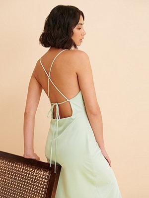 Curated Styles Recycled Satinklänning Med Slits grön