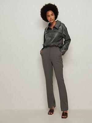 NA-KD Classic Recycled Skräddarsydda Kostymbyxor Med Sidoslits grå mörkgrå