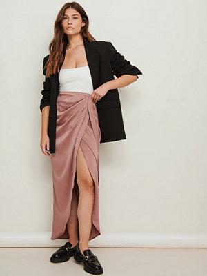 NA-KD Trend Maxikjol med omlott rosa