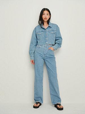 NA-KD Trend Kritstrecksrandiga Raka Jeans blå