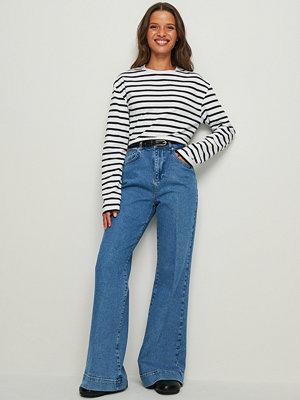NA-KD Trend Recycled Jeans Med 70-talsvida Ben blå