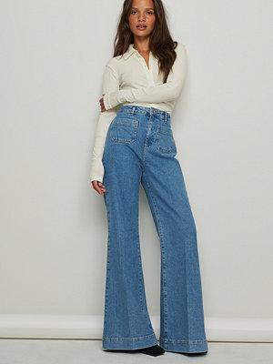 NA-KD Trend Ekologiska jeans med 70-talsvida ben och framficka blå