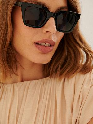 Solglasögon - NA-KD Accessories Återvunna Solglasögon Med Vass Fyrkantig Båge svart