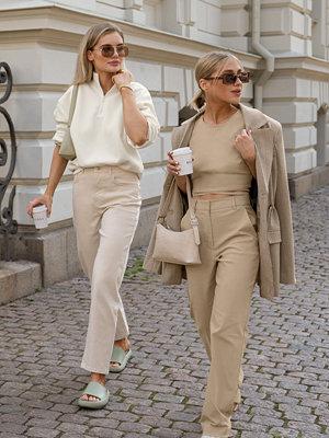 Viktoria & Charline x NA-KD Kostymbyxor beige omönstrade