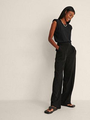NA-KD Trend Återvunna byxor med vida ben och knappdetalj svart svarta