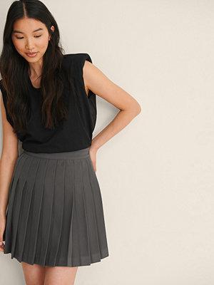 NA-KD Trend Återvunnen Plisserad Tenniskjol I Minilängd grå