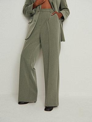NA-KD Trend omönstrade byxor Tungt Kostymbyxa Med En Hög Midja grön