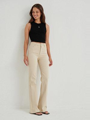 Anna Briand x NA-KD Utsvängda Jeans Med Medium Midja beige