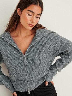 NA-KD Trend Stickad kofta med stor krage och blixtlås grå