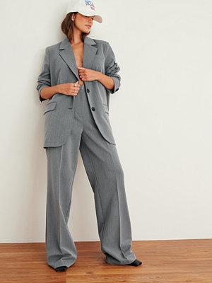 NA-KD Trend Tungt kostymbyxa med en hög midja grå byxor